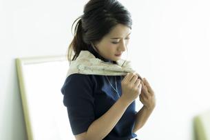 スカーフを巻く女性 FYI00482029