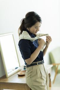 スカーフを巻く女性 FYI00482031