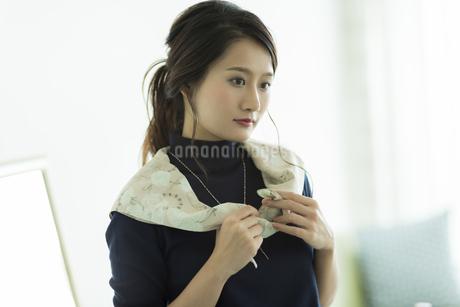 スカーフを巻く女性 FYI00482034