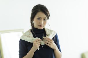 スカーフを巻く女性 FYI00482035