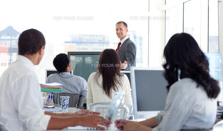 Male manager explaining a business project FYI00482116
