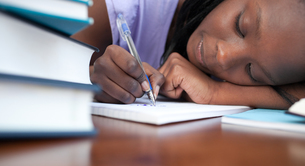Close up of a tired teen girl studyingの素材 [FYI00482197]