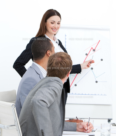 Smiling woman doing a presentation FYI00482296