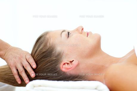 Blond woman enjoying a hair massage FYI00482539