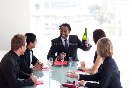 Business team celebrating a success with champagneの素材 [FYI00482823]
