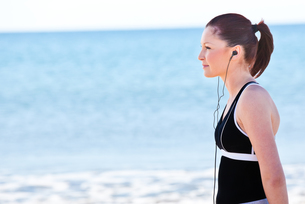 Young woman listening to music FYI00483236