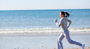 Attractive woman running on the beach FYI00483241