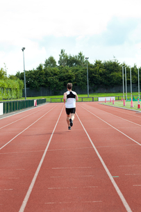 Concentrated male sprinter trainingの素材 [FYI00483261]