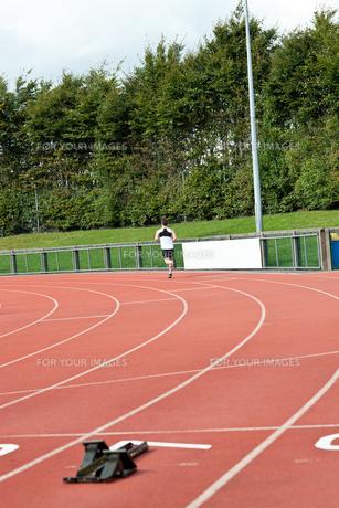Goodlooking male sprinter training FYI00483263