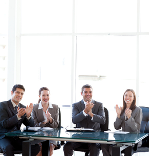 Cheerful Business team applauding during a presentationの素材 [FYI00483333]