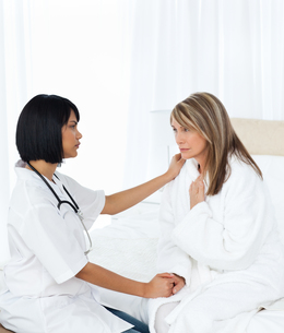 Senior talking with her nurse FYI00483459