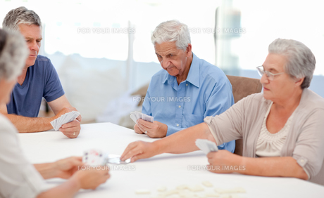 Retired people playing cards together FYI00483698