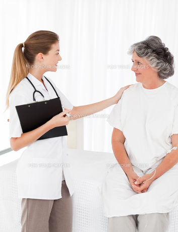 Nurse talking with her patient FYI00483712