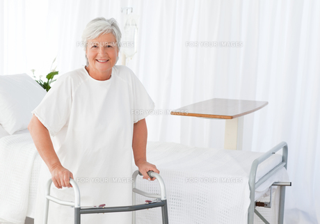 Senior woman looking at the camera with her zimmer frame FYI00483726