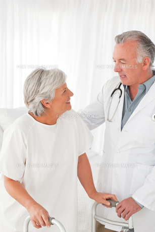 Doctor speaking with his patient FYI00483806