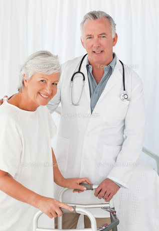 Patient with her doctor looking at the camera FYI00483813