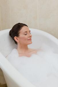 Beautiful woman taking a bathの素材 [FYI00483917]
