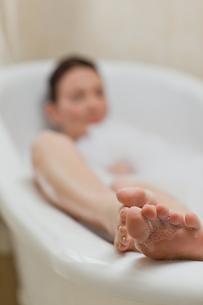 Beautiful woman taking a bathの素材 [FYI00483920]
