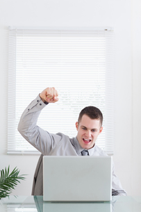 Businessman happy about an emailの素材 [FYI00484725]