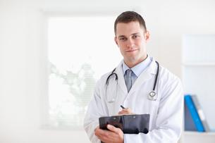 Doctor taking notes FYI00484743