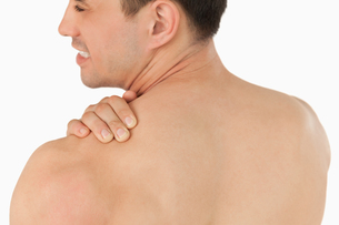 Young man with neck pain FYI00484774