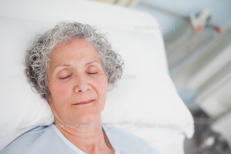 Elderly patient sleeping on a bed FYI00485249