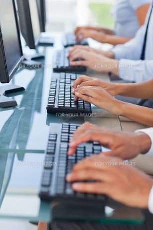 Business people working on computers FYI00485375