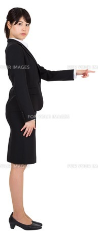 Focused businesswoman pointing FYI00486013