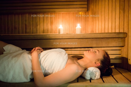 Pretty woman relaxing in the sauna FYI00486141