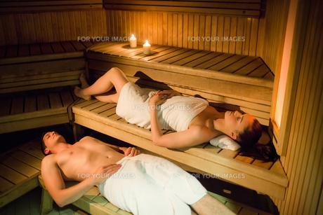 Couple relaxing in the sauna FYI00486142