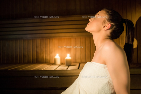 Pretty woman relaxing in the sauna FYI00486143