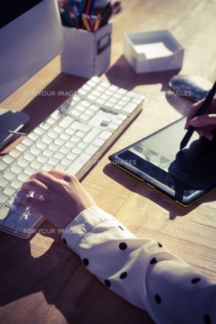 Cropped image of woman using graphics tabletの素材 [FYI00486209]