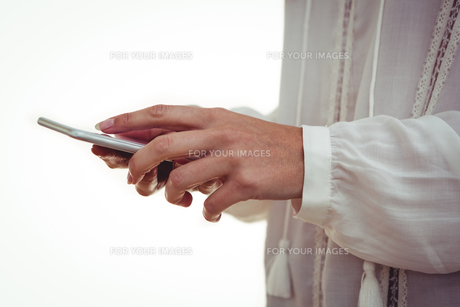 Cropped hand using smartphone FYI00486250