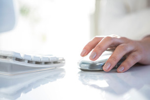 Close up of a woman using a mouse FYI00486440