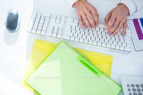 Close up of a woman using a mouse FYI00486455
