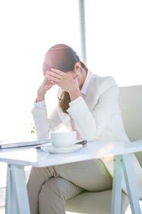 Worried businesswoman holding her head FYI00486463