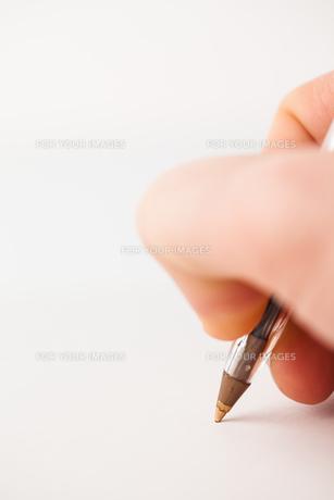Man writing with biro FYI00486630