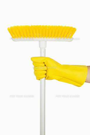 Hand holding broomの素材 [FYI00486720]