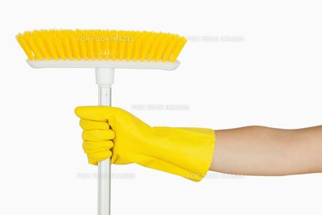 Hand holding brush FYI00486725