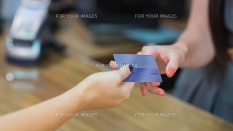 Woman handing over credit card FYI00486873