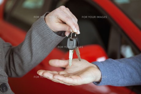 Person handing keys to someone else FYI00486967
