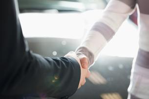 Two people shaking hand FYI00486979