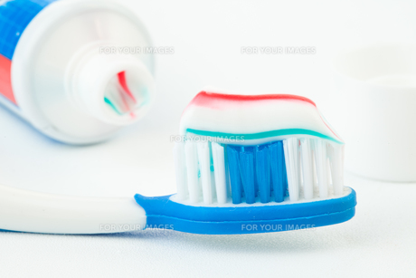 Tube of toothpaste with toothbrush FYI00487060