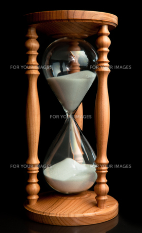 Sand flowing inside of hourglass FYI00487149