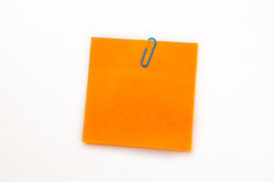 Orange adhesive note with a paperclip FYI00487192