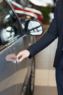 Man holding a car door handles FYI00487338