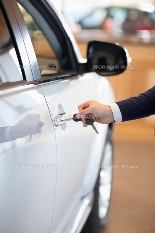 Man inserting a car key in the lock FYI00487414