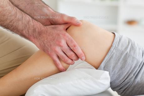 Man massaging a womans knee FYI00487558