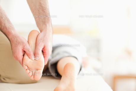 Male masseur massaging a womans feet FYI00487575