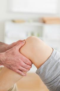 Guy massaging a lying womans knee FYI00487585